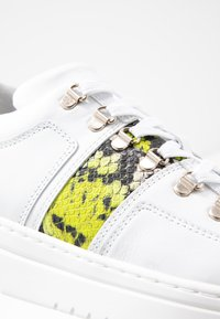Nubikk - YEYE MAZE BLOCK PYTHON - Sneakers basse - white - 2