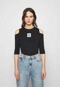 Calvin Klein Jeans - COLD SHOULDERS BOX LOGO TEE - Long sleeved top - black - 0