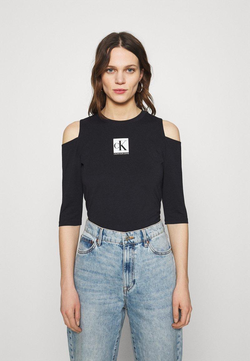 Calvin Klein Jeans - COLD SHOULDERS BOX LOGO TEE - Long sleeved top - black