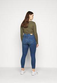 Vero Moda Curve - VMTILDE ZIP - Džíny Slim Fit - medium blue denim - 2