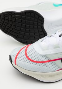 Nike Performance - ZOOM FLY 3 - Neutral running shoes - white/black/hyper violet/flash crimson - 5