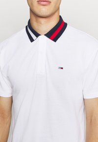Tommy Jeans - FLAG NECK  - Koszulka polo - white - 5