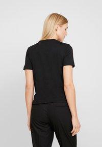 Calvin Klein Jeans - SHRUNKEN INSTITUTIONAL LOGO TEE - T-shirt z nadrukiem - black - 2