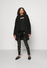 ONLY Tall - ONLTASSIE SHINY - Pantalones - black - 1