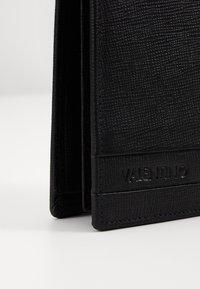 Valentino by Mario Valentino - DEAN - Wallet - nero - 4