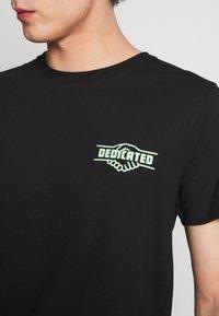 Dedicated - STOCKHOLM GOOD HANDS - Print T-shirt - black - 3