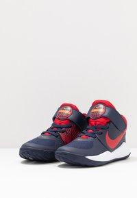 Nike Performance - TEAM HUSTLE 9 UNISEX  - Basketball shoes - midnight navy/university red/white - 3