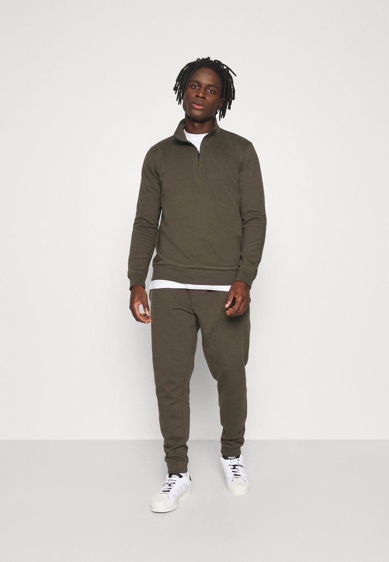 Burton Menswear London - REGULAR FIT ZIP AND JOGGER SET - Sweater - khaki