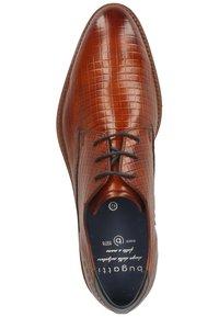 Bugatti - Eleganckie buty - cognac - 1