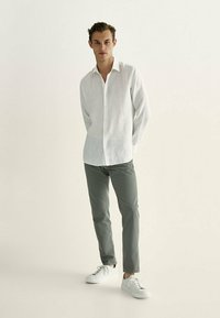Massimo Dutti - MIT KONTRASTEN  - Slim fit jeans - khaki - 1