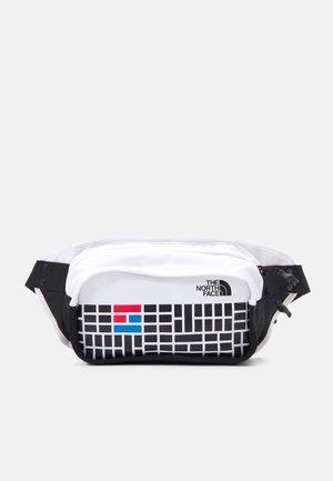 HIP PACK UNISEX - Bältesväska - black/white