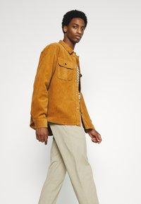 DOCKERS - SMART FLEX HERITAGE - Pantalones chinos - taupe sand - 3