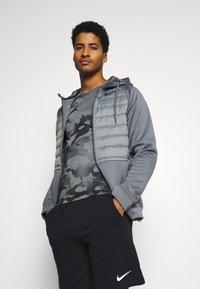 Nike Performance - SLIM CAMO - Print T-shirt - smoke grey/grey fog - 3