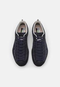 Scarpa - MOJITO GTX UNISEX - Hiking shoes - deep night - 3