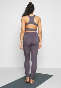 Curare Yogawear - RUFFLED LEGGINGS - Tights - greyberry - 2