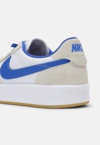 Nike SB - ADVERSARY UNISEX - Skate shoes - summit white/hyper royal/white gum/light brown - 6