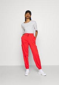 Nike Sportswear - PANT - Pantalones deportivos - crimson/black - 1