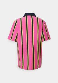 adidas Originals - STRIPE UNISEX - Pikeepaita - screaming pink/yellow/collegiate navy - 8