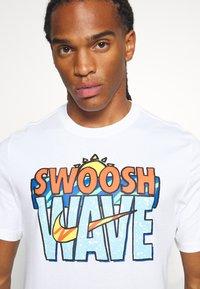 Nike Sportswear - TEE SUMMER WAVE - Print T-shirt - white - 4