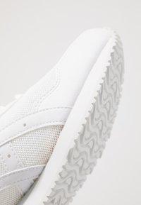ASICS SportStyle - TIGER RUNNER UNISEX - Sneakersy niskie - white - 5