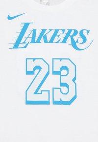 Nike Performance - NBA CITY EDITION LEBRON JAMES LA LAKERS NAME NUMER TEE UNISEX - Triko spotiskem - white - 2