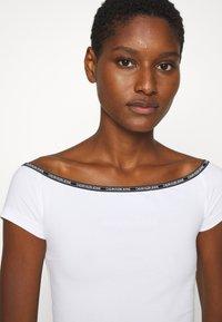 Calvin Klein Jeans - LOGO TRIM BARDOT - Print T-shirt - bright white - 3