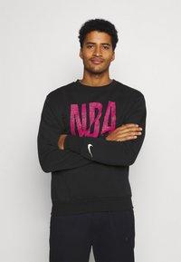 Nike Performance - NBA TEAM  WASH PACK CREWNECK - Sweatshirt - black - 0
