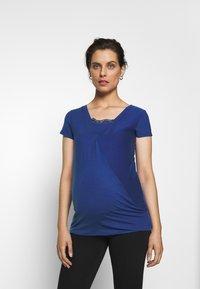 MAMALICIOUS - MLSHANA TESS CAP - Camiseta estampada - mazarine blue - 0