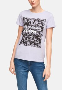 QS by s.Oliver - MIT FRONTPRINT - Print T-shirt - lilac - 4