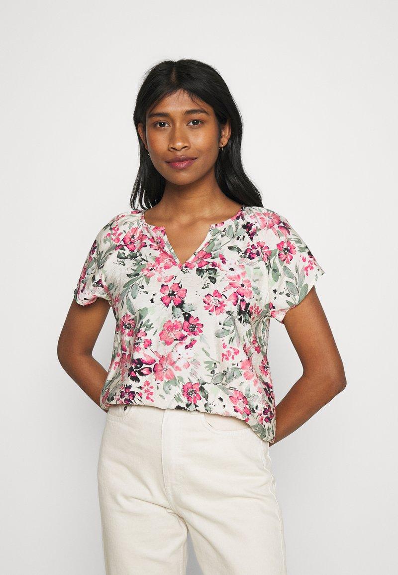 Vero Moda - VMGIGI  - T-shirts med print - birch/honey suckle