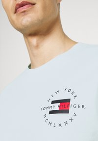 Tommy Hilfiger - CIRCLE CHEST TEE - T-shirt con stampa - oxygen - 4