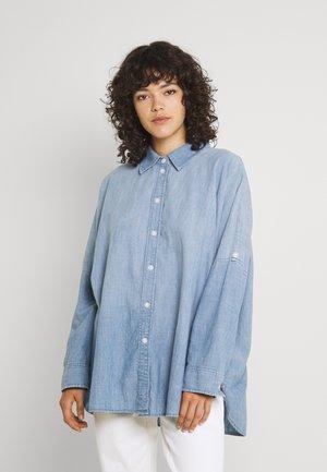 CORE OVERSIZED TAB SHIRT  - Koszula - chambray blue