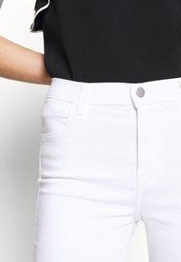 J Brand - ALANA HIGH RISE CROP  - Jeans Skinny Fit - blanc - 7