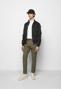 J.LINDEBERG - GRANT STRETCH PANTS - Chino kalhoty - lake green - 1