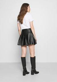 Missguided - PLEATED BUCKLE SKIRT - Miniskjørt - black - 2