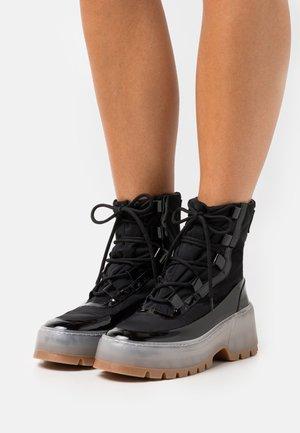 STIVALE DONNA WOMAN`S BOOT - Kotníkové boty na platformě - black