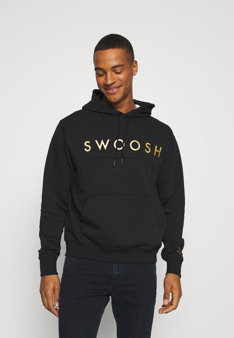 Nike Sportswear - HOODIE - Hoodie - black/gold