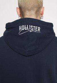 Hollister Co. - TONAL TECH - Mikina na zip - navy - 5