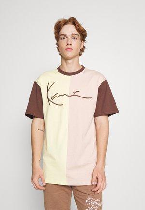 UNISEX SIGNATURE BLOCK TEE - Print T-shirt - light yellow