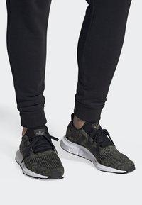 adidas Originals - SWIFT RUN SHOES - Trainers - green/black/white - 0
