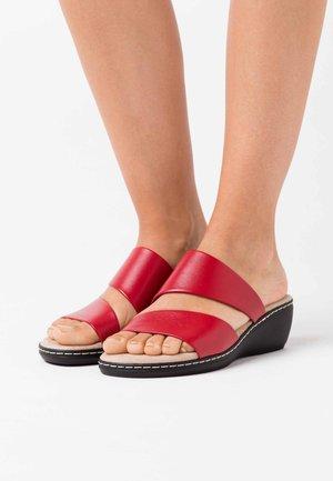 SLIDES - Pantofle na podpatku - red