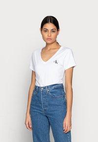 Calvin Klein Jeans - MONOGRAM SLIM V-NECK TEE - T-shirt basic - white - 0