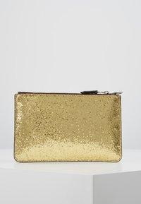 Coach - BOX PROGRAM GLITTER SMALL WRISTLET - Pochette - gold - 2