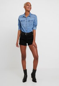 Levi's® - RIBCAGE SHORT - Jeansshorts - late shift - 1