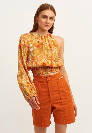 MIT BLUMENMUSTER - Blouse - orange