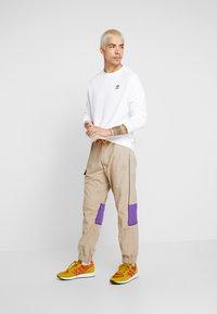 adidas Originals - ESSENTIAL CREW UNISEX - Sweatshirt - white/black - 1