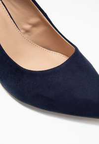 Dorothy Perkins Wide Fit - WIDE FIT DAKOTA CLOSED COURT - Classic heels - navy - 2