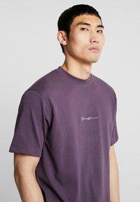 Mennace - ESSENTIAL SIG UNISEX - Basic T-shirt - purple - 4