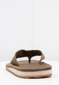 Teva - CLASSIC PREMIUM - Sandály s odděleným palcem - dark earth - 3