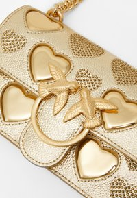 Pinko - LOVE MINI ICON STUDDED HEART BOTTALATO STUDS - Torba na ramię - gold - 3